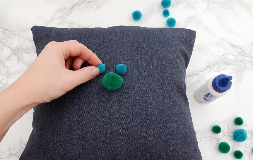 Travesseiro de jogar DIY pom pom passo 5