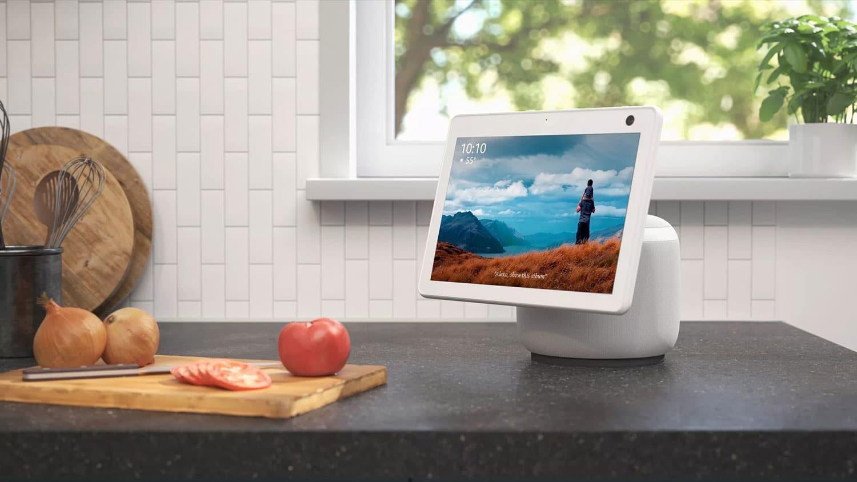 O Amazon Echo Show 10 possui uma tela HD que pode se mover com você.