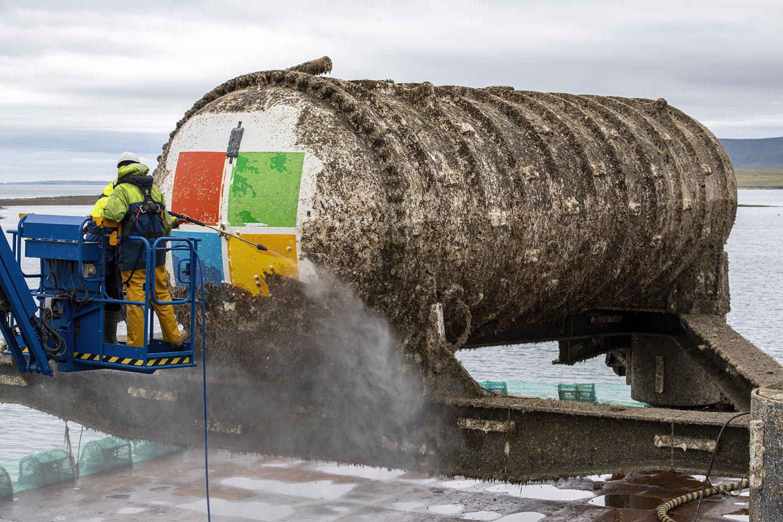 A equipe do projeto lava o data center subaquático das Ilhas do Norte, que foi recuperado do fundo do oceano.