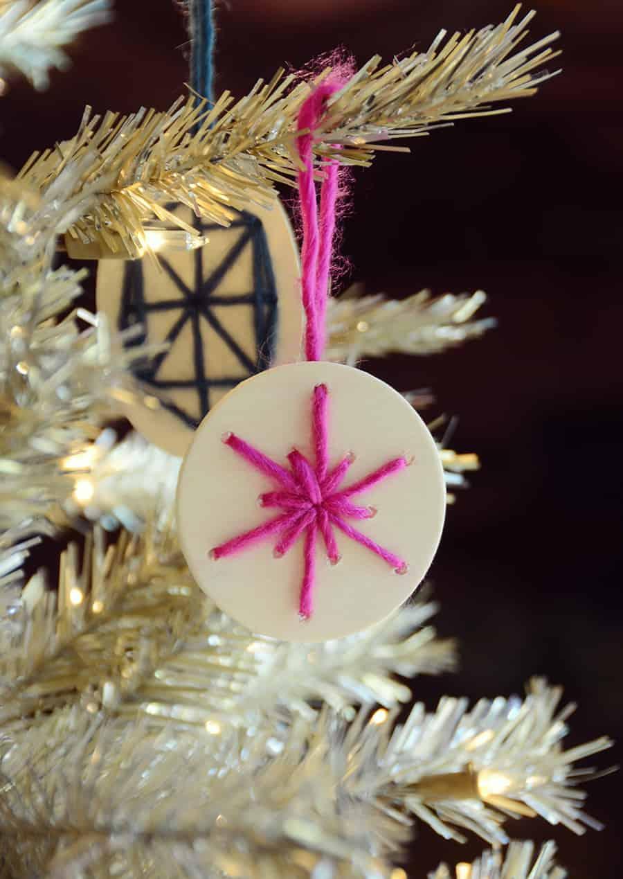 Enfeites de Natal com fatias de madeira