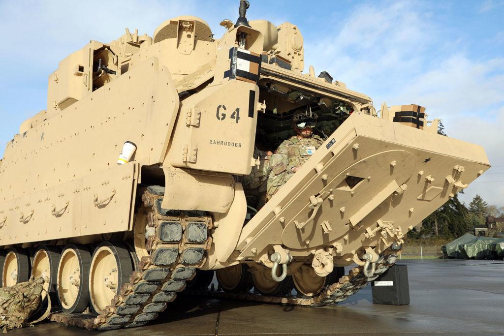 Os novos óculos IVAS do Exército dos EUA ajudam os soldados a ver através das paredes de um veículo de combate.