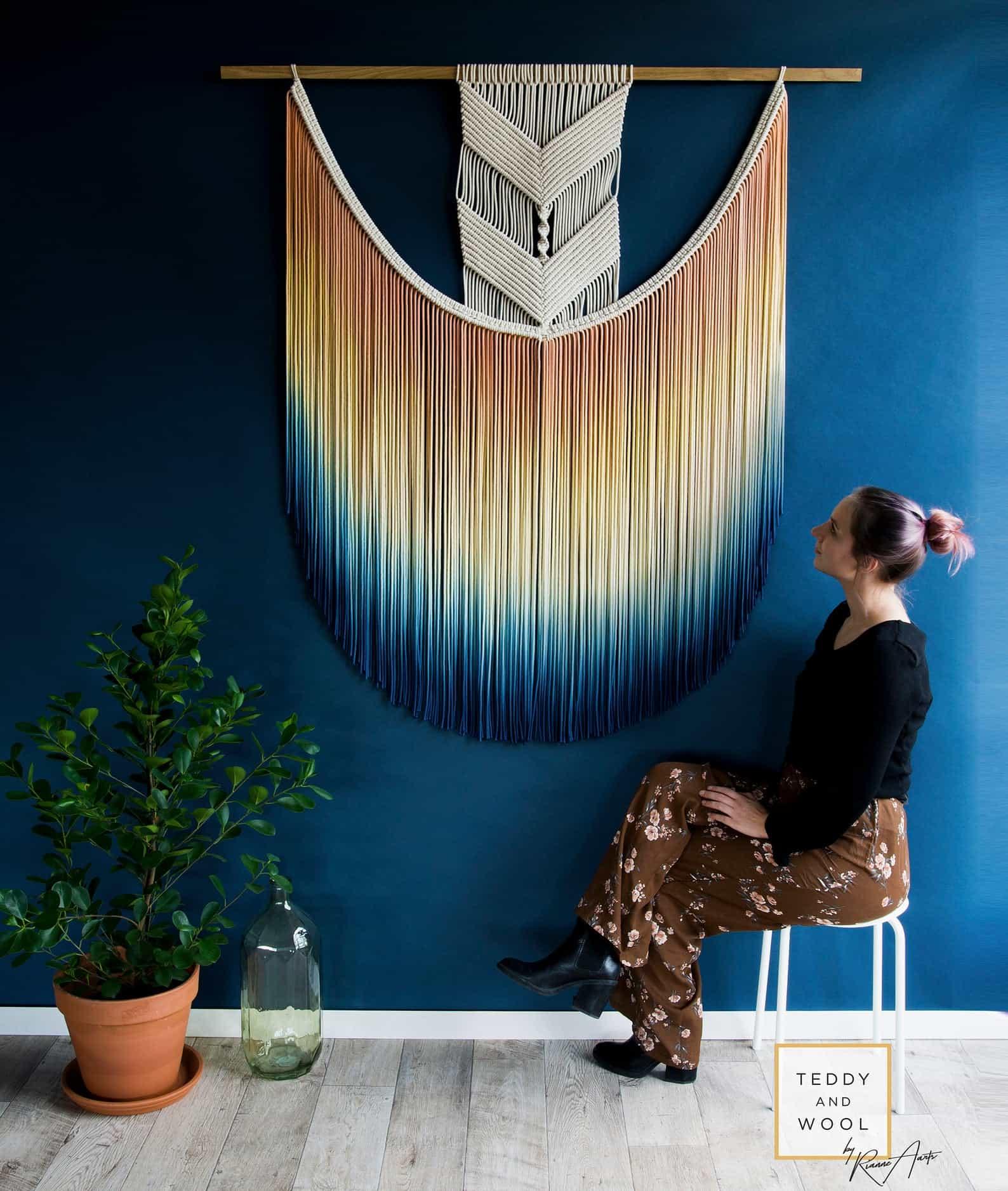 Grande decoração de parede em macramê tingido com solução